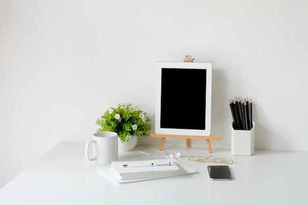 Objeto de material de escritório e dispositivo gadget na mesa de escritório, um espaço de trabalho do designer.