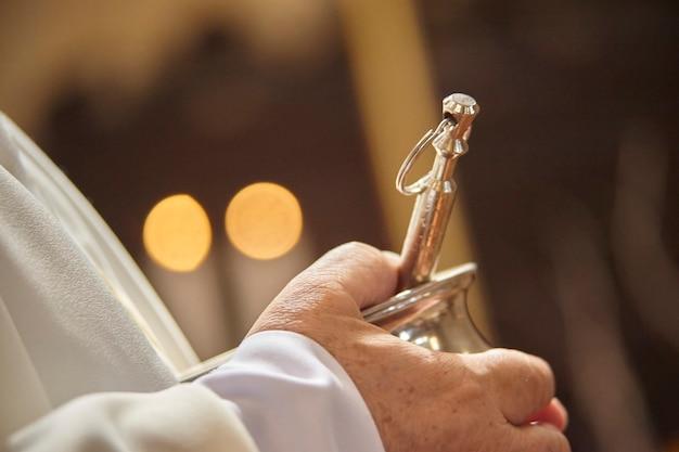 Objeto litúrgico asperges usado por padres cristãos católicos para abençoar os fiéis