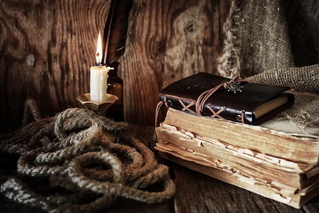 Objeto pirata na mesa de madeira