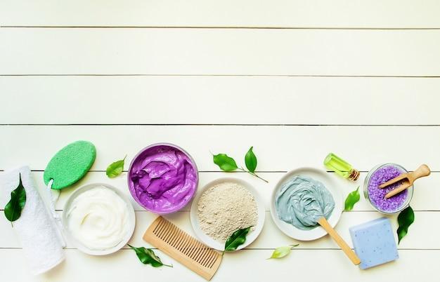 Objetos cosméticos para procedimentos dos termas em um fundo branco. foco seletivo.