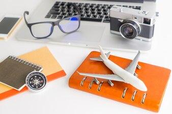 Objetos de alto ângulo do objeto de viagens de negócios Blogger em branco