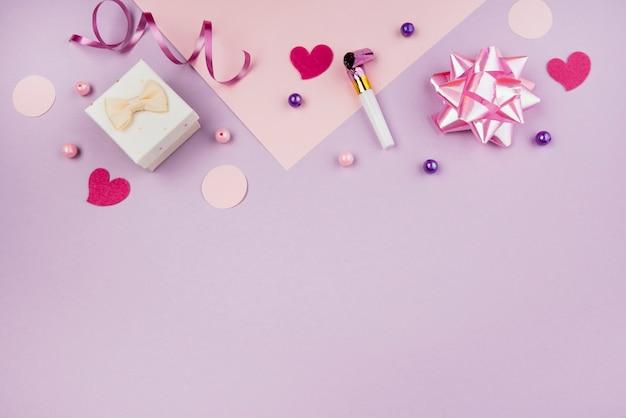 Objetos de aniversário rosa com cópia-espaço