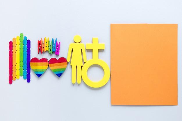 Objetos de arco-íris para o dia do orgulho na mesa