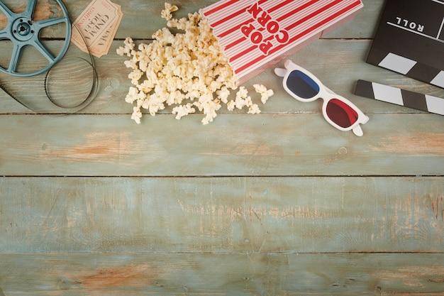 Objetos de cinema retrô em fundo de madeira