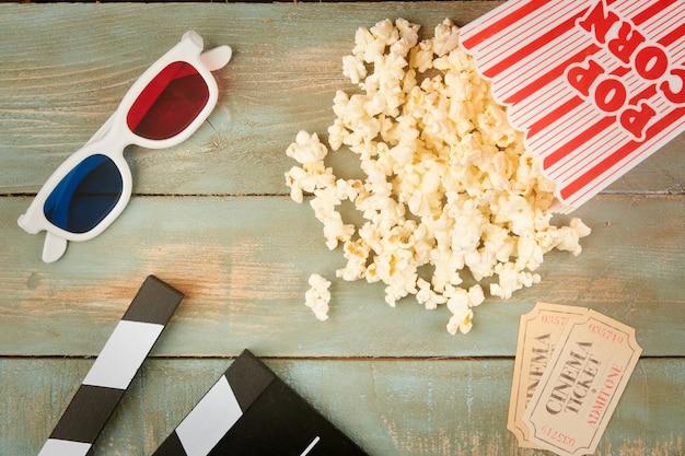 Objetos de cinema retrô em mesa de madeira