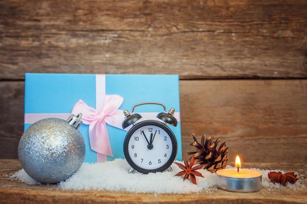 Objetos de composição de natal de ano novo em fundo de madeira