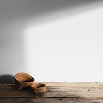 Objetos de conceito mínimo abstrato com sombras na mesa de madeira