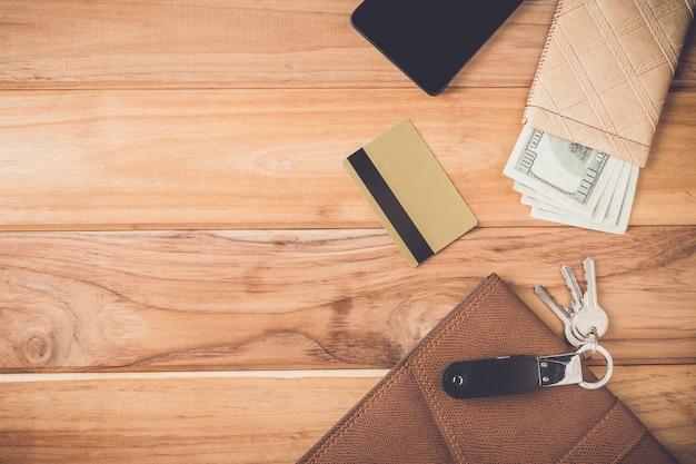 Objetos de empresários colocados em placas de madeira marrons.
