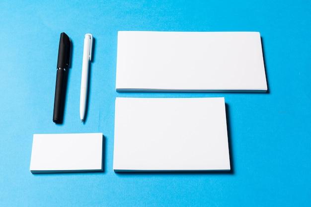 Objetos de escritório em branco organizados para apresentação da empresa