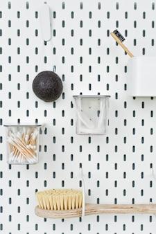 Objetos de higiene pessoal em branco, vista de cima, copyspace direito, conceito livre de plástico, zero resíduos