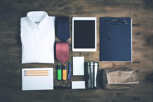 Objetos de negócios sobre a mesa, vista superior, em tons