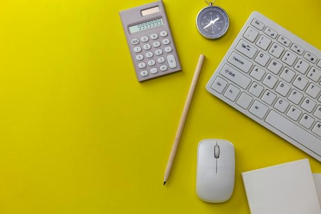 Objetos de negócios sobre fundo amarelo, conceito de direção do negócio