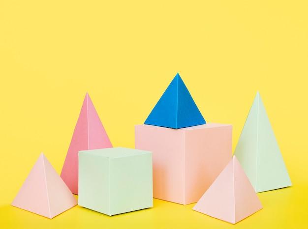 Objetos de papel geométrico colorido