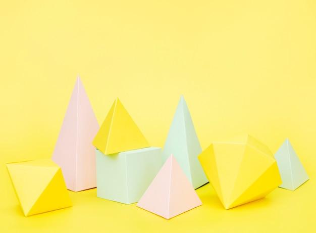 Objetos de papel geométrico de alto ângulo