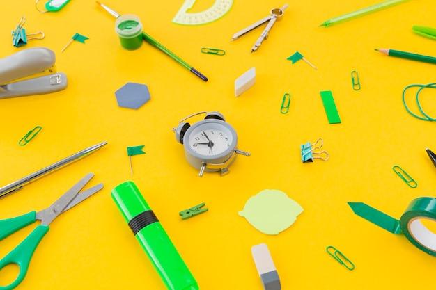 Objetos de papelaria close-up em cima da mesa