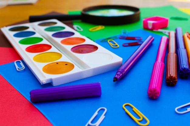 Objetos de papelaria. escola e material de escritório