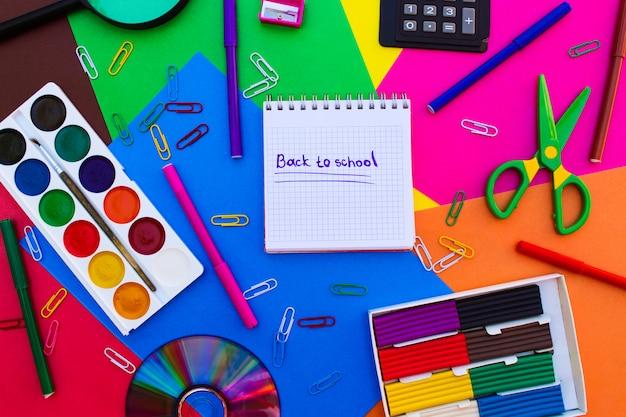 Objetos de papelaria. escritório e material escolar em cima da mesa.