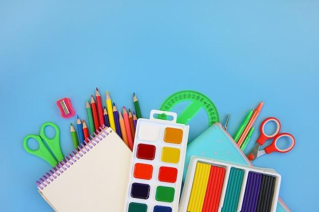 Objetos de papelaria para material escolar