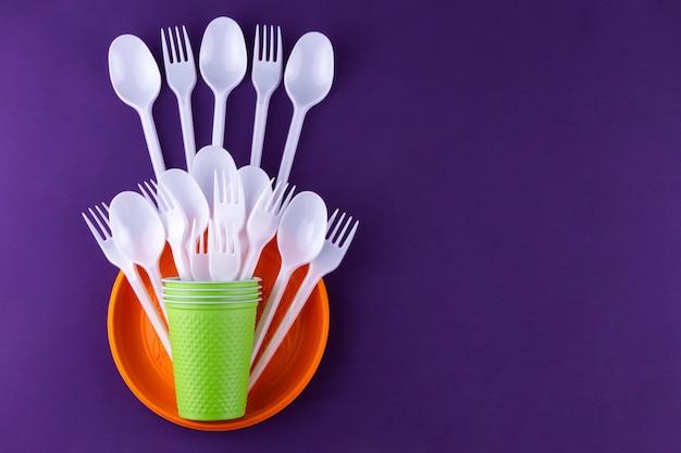 Objetos de plástico de uso único, poluição ecológica