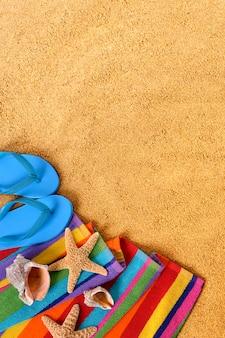 Objetos de praia e chinelos