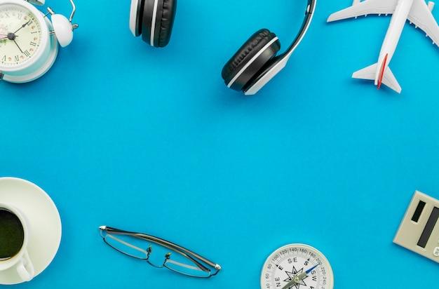 Objetos de viagem em fundo azul