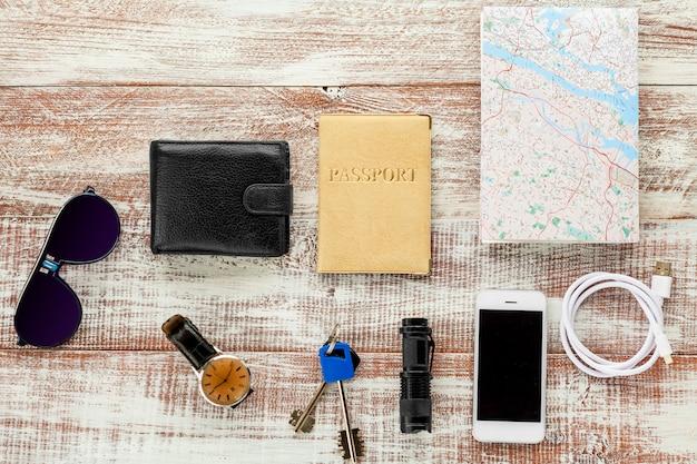 Objetos de viagem isolados em um fundo de madeira