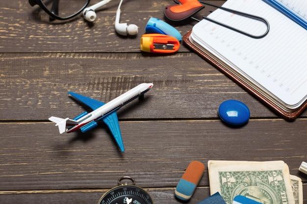 Objetos de viajante na mesa de madeira