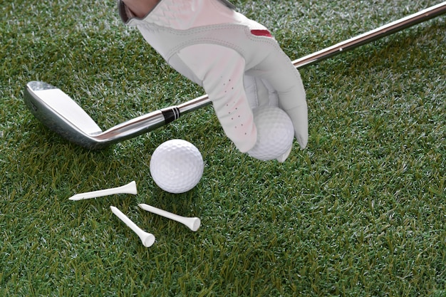 Objetos esportivos relacionados ao golfe, como luvas, bolas etc.