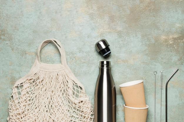 Objetos favoráveis ao meio ambiente em fundo de cimento