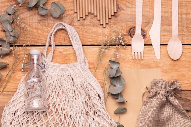 Objetos favoráveis ao meio ambiente em fundo de madeira