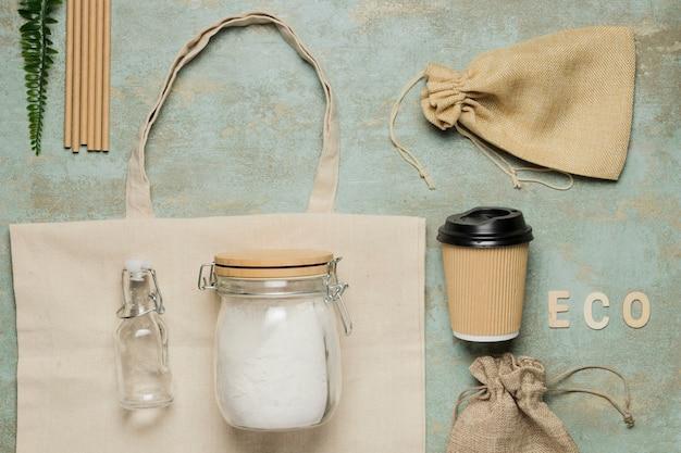 Objetos favoráveis ao meio ambiente plana leigos em fundo de cimento