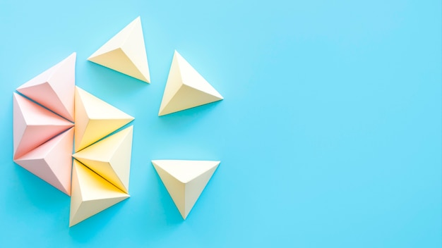Objetos geométricos pastel de espaço para cópia