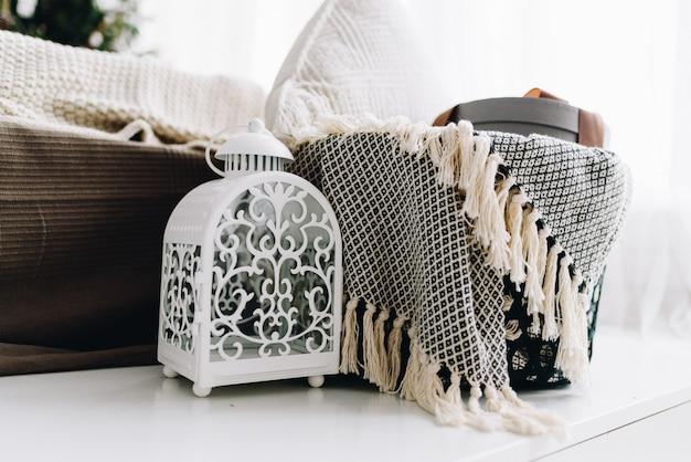 Objetos interiores aconchegantes e cobertores para férias