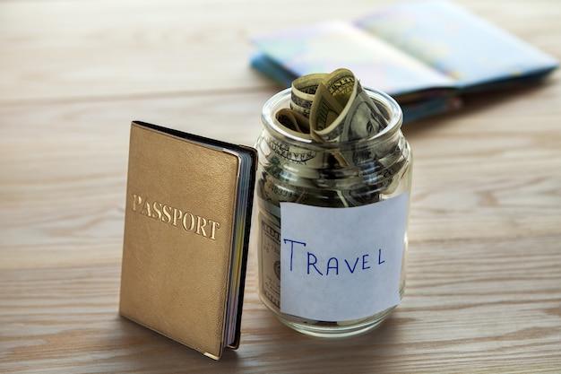 Objetos para viagens isoladas em um background de madeira