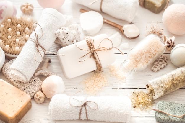 Objetos spa sobre um fundo claro de madeira