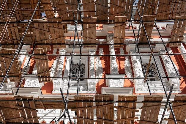 Obras de restauro de um monumento histórico em nizhny novgorod.
