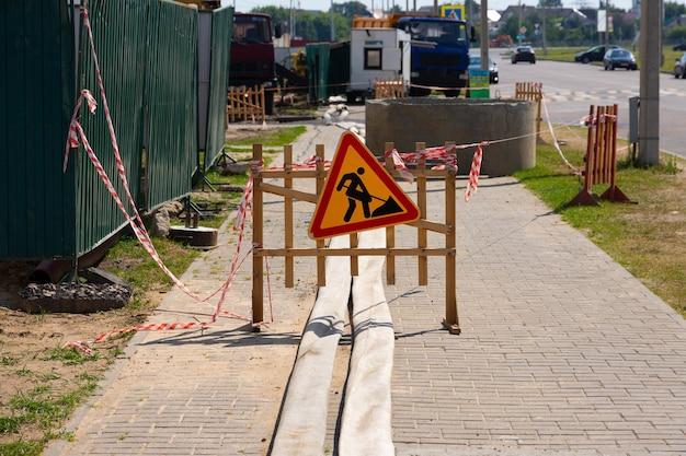 Obras rodoviárias assinam durante a reconstrução da rua. sinais de trânsito.