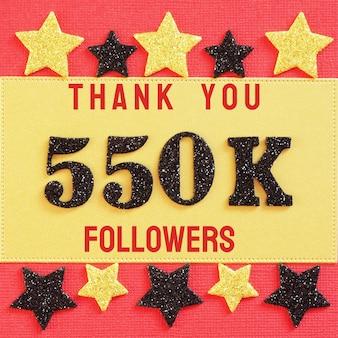 Obrigado 550k, 550000 seguidores. mensagem com números brilhantes pretos em vermelho e dourado