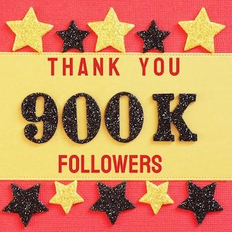 Obrigado 900k, 900000 seguidores. mensagem com números brilhantes pretos em vermelho e dourado