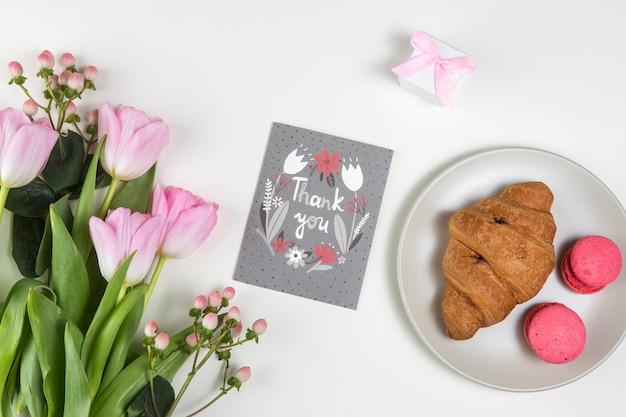 Obrigado inscrição com tulipas e croissant