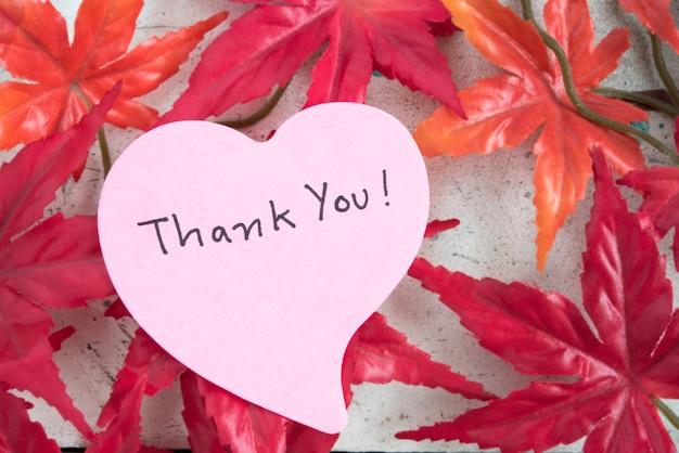 Obrigado nota em forma de coração papel com folha de ácer