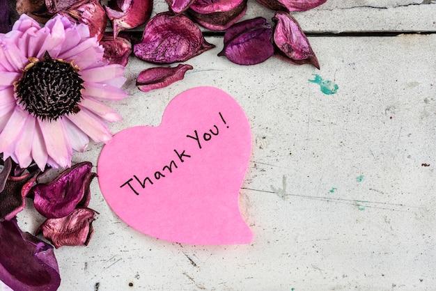 Obrigado nota em papel com forma de coração com flores rosa