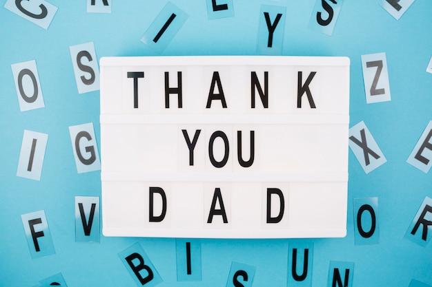 Obrigado pai título no tablet perto de cartas