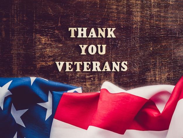 Obrigado, veteranos. frase de felicitações. close-up, vista de cima. conceito de feriado nacional. parabéns para família, parentes, amigos e colegas Foto Premium