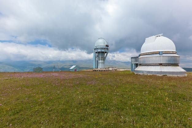 Observatório de alta montanha assy plateau no cazaquistão Foto Premium