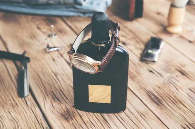 Observe o perfume na mesa de madeira