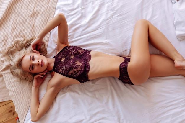 Obtendo satisfação. foto de modelo jovem e promissora ficando satisfeita enquanto posa no quarto