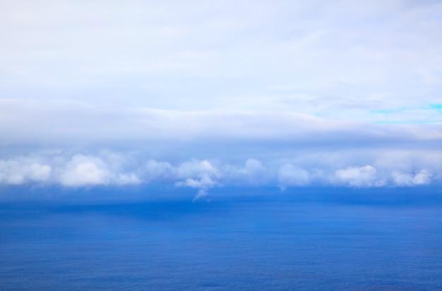 Oceano atlântico - belas nuvens de paisagem marinha no horizonte e no céu, fundo de foto natural
