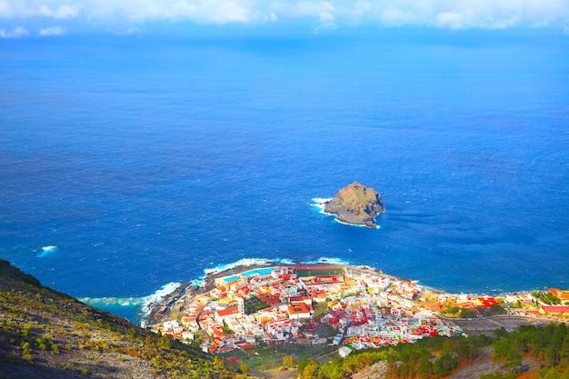 Oceano atlântico e cidade de garachico, tenerife, ilhas canárias. composição de copyspace