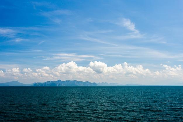 Oceano azul com céu nublado